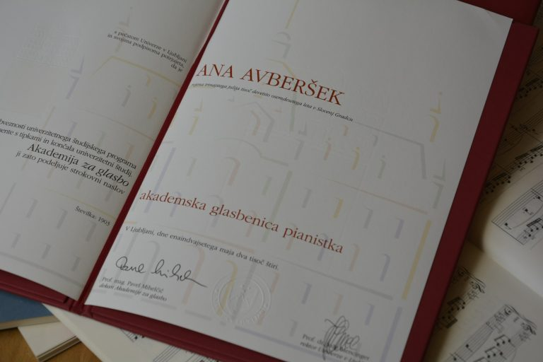 Diplom Akademische (Musikerin) Pianistin
